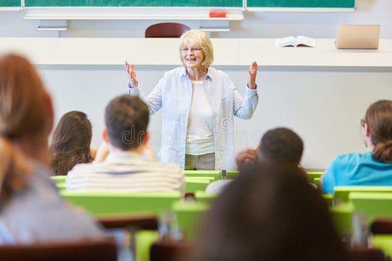 Frau, wie Lektor Studenten Klasse beibringt stockfotos