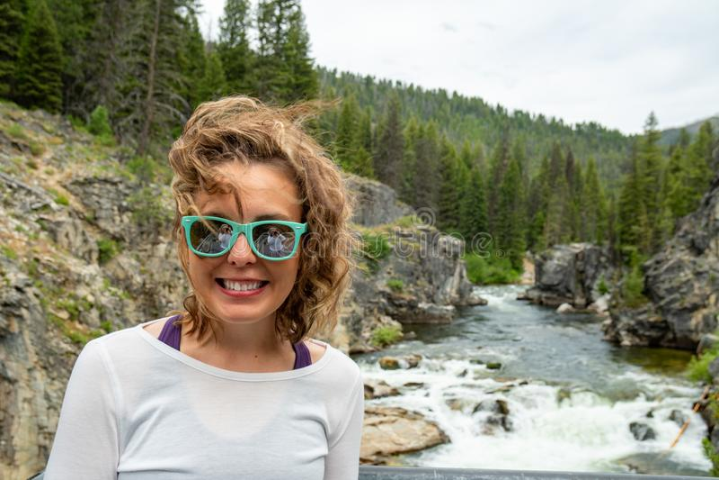 Frau wirft durch Dagger Falls-Wasserfall in Idaho im Lachs--Challisstaatlichen wald auf lizenzfreie stockbilder
