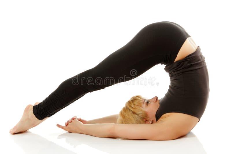 Frau Yogi in der Yogahaltung auf Weiß lizenzfreie stockfotos