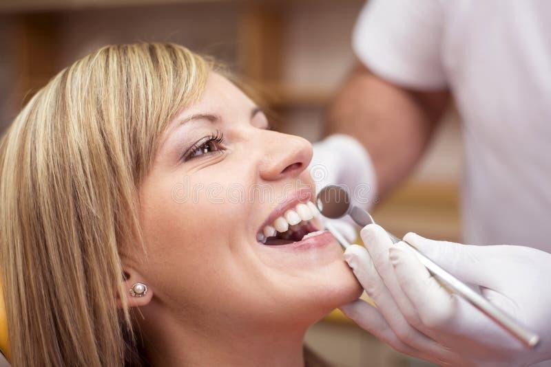 Frau am Zahnarzt lizenzfreie stockfotos