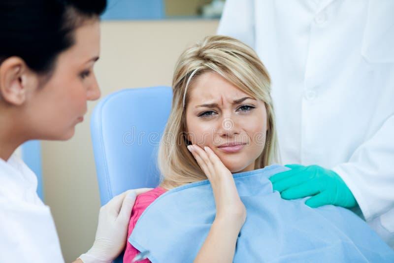 Frau am Zahnarzt stockfotografie