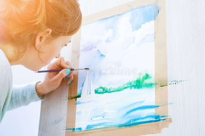 Frau zeichnet Meer lizenzfreies stockfoto