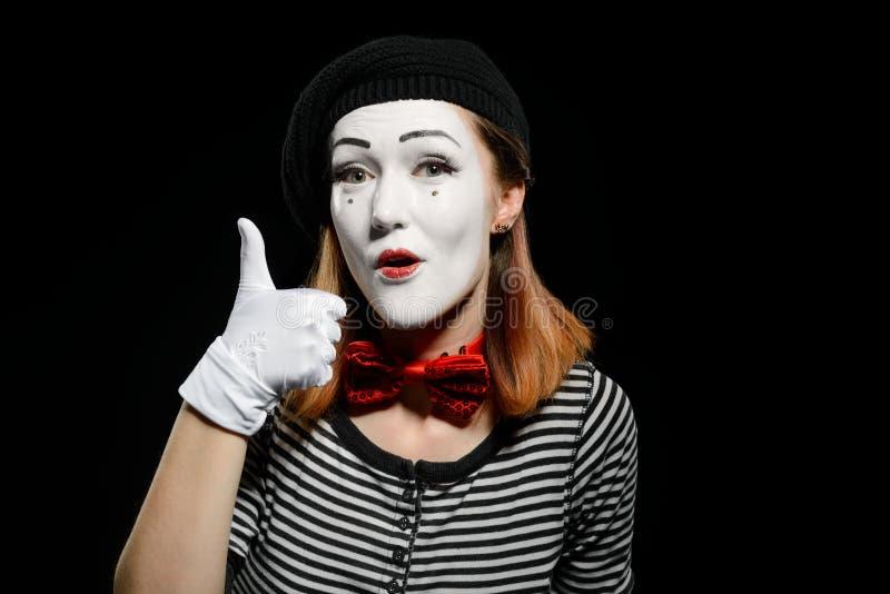 Frau zeigt sich Daumen lizenzfreie stockfotografie