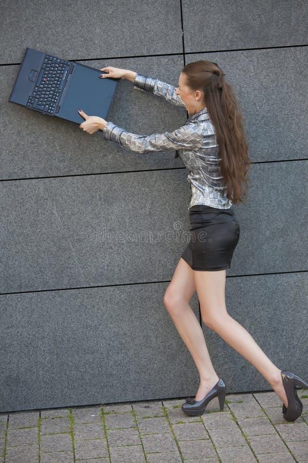 Frau zerstört Laptop stockfoto