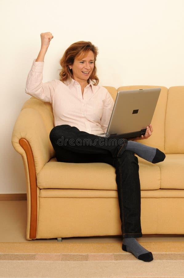 Frau zu Hause lizenzfreie stockfotos