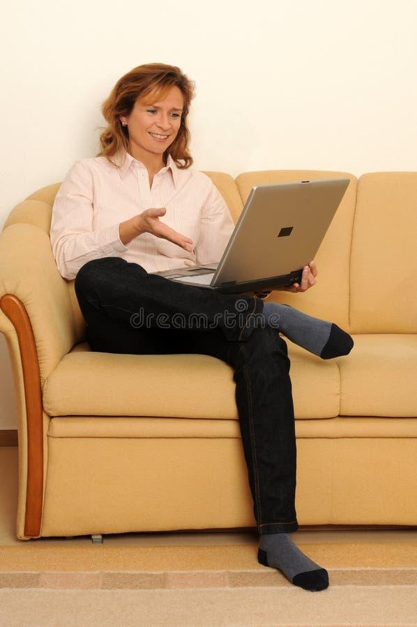 Frau zu Hause stockbild
