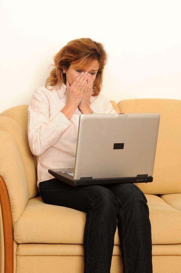 Frau zu Hause lizenzfreies stockbild