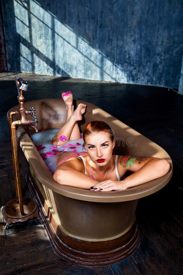 Frau zu Hause, die ein Bad nimmt lizenzfreie stockfotos