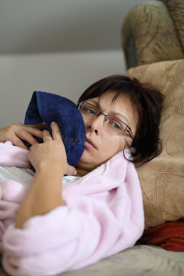 Frau zu Hause, nachdem Zähne gezogen worden sind lizenzfreies stockbild