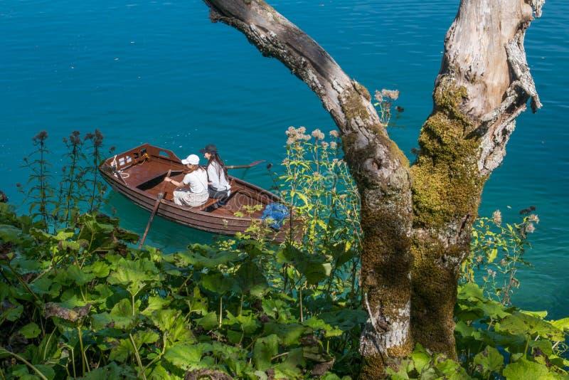 Frau zwei, die entlang den Seen an plitvice Nationalpark paddeling ist stockbilder