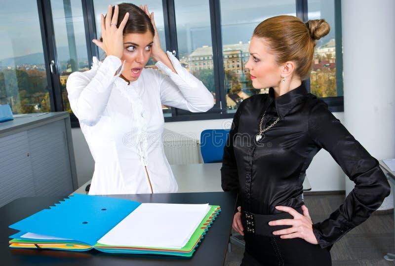 Frau zwei im Büro stockfoto