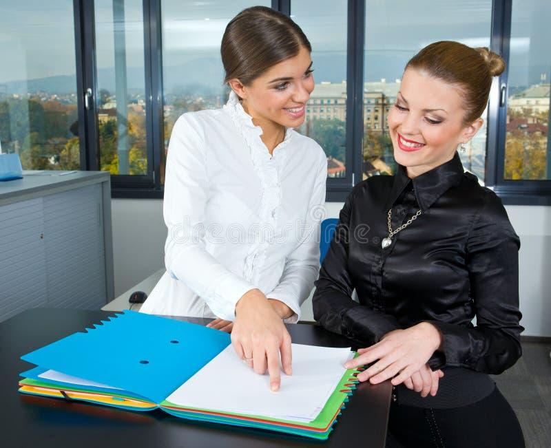 Frau zwei im Büro lizenzfreie stockfotos