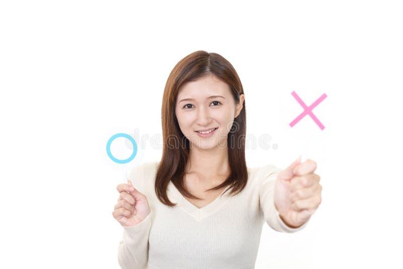 Frau zwischen, die ja Entscheidung oder nein trifft stockbilder