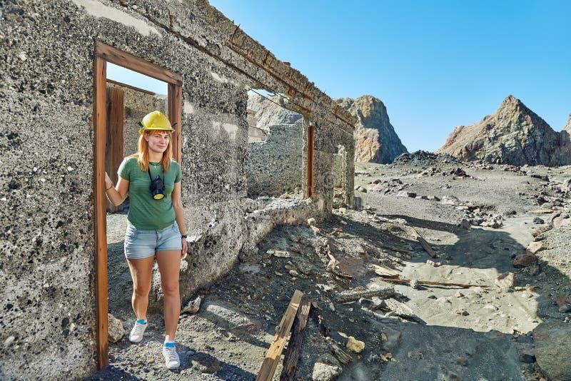 Frau zwischen Ruinen lizenzfreie stockfotos