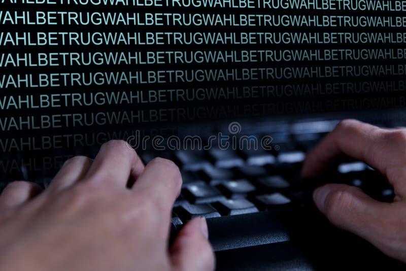 Fraude electoral del concepto, manos en un teclado, palabras alemanas fotografía de archivo