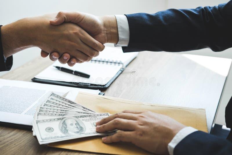 Fraude malhonnête en argent illégal d'affaires, argent de poignée de main d'homme d'affaires des billets d'un dollar dans des mai photographie stock
