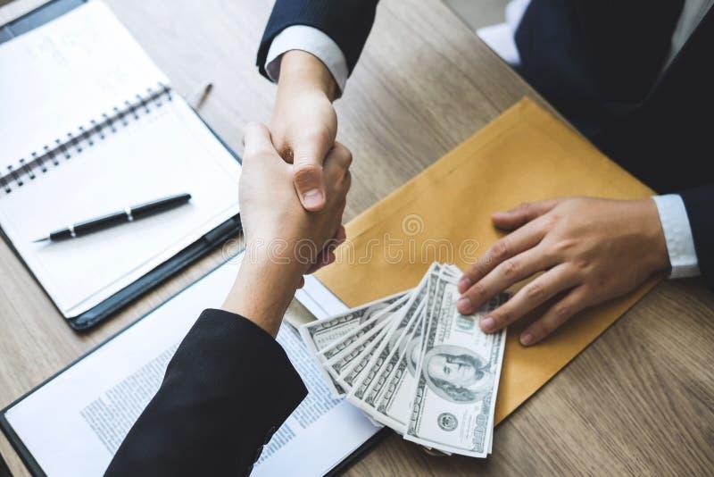 Fraude malhonnête en argent illégal d'affaires, argent de poignée de main d'homme d'affaires des billets d'un dollar dans des mai images stock