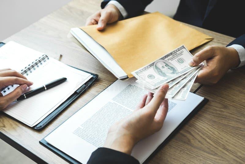 Fraude malhonnête en argent illégal d'affaires, homme d'affaires donnant l'argent de paiement illicite chez les hommes d'affaires photographie stock