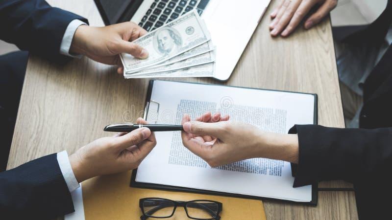 Fraude malhonnête en argent illégal d'affaires, homme d'affaires donnant l'argent de paiement illicite chez les hommes d'affaires photos stock