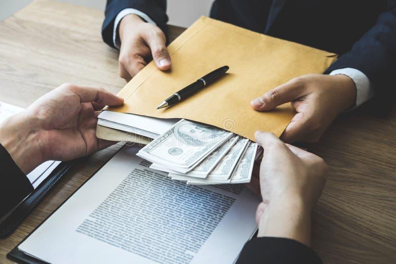 Fraude malhonnête en argent illégal d'affaires, homme d'affaires donnant l'argent de paiement illicite chez les hommes d'affaires photos libres de droits