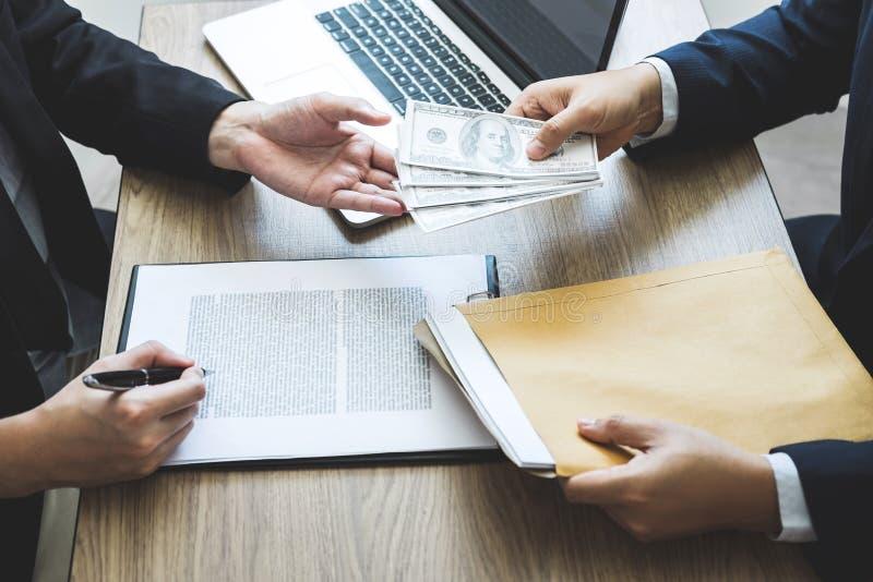 Fraude malhonnête en argent illégal d'affaires, homme d'affaires donnant l'argent de paiement illicite chez les hommes d'affaires images libres de droits
