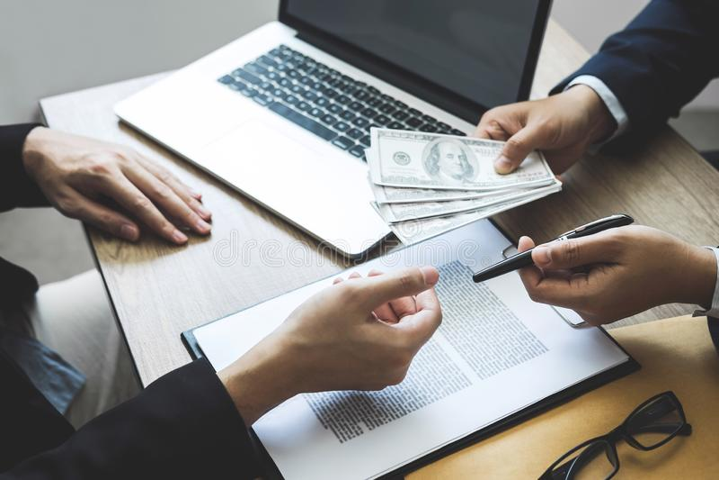 Fraude malhonnête en argent illégal d'affaires, homme d'affaires donnant l'argent de paiement illicite chez les hommes d'affaires image stock