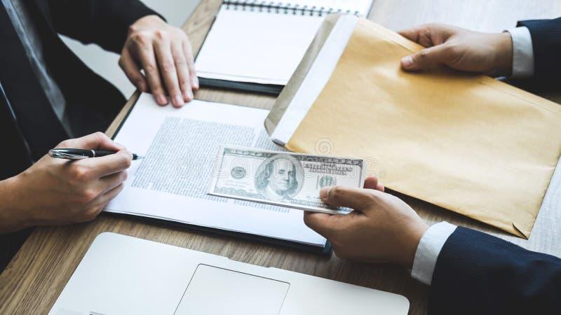 Fraude malhonnête en argent illégal d'affaires, homme d'affaires donnant l'argent de paiement illicite chez les hommes d'affaires images stock