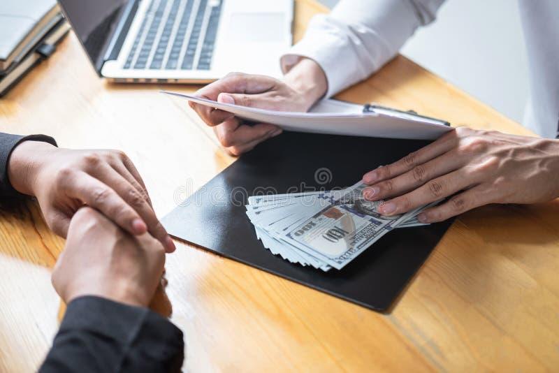 Fraude malhonnête en argent illégal d'affaires, homme d'affaires donnant l'argent de paiement illicite chez les hommes d'affaires photo stock
