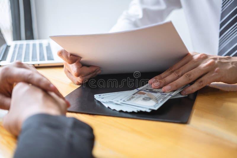 Fraude malhonnête en argent illégal d'affaires, homme d'affaires donnant l'argent de paiement illicite chez les hommes d'affaires photo libre de droits