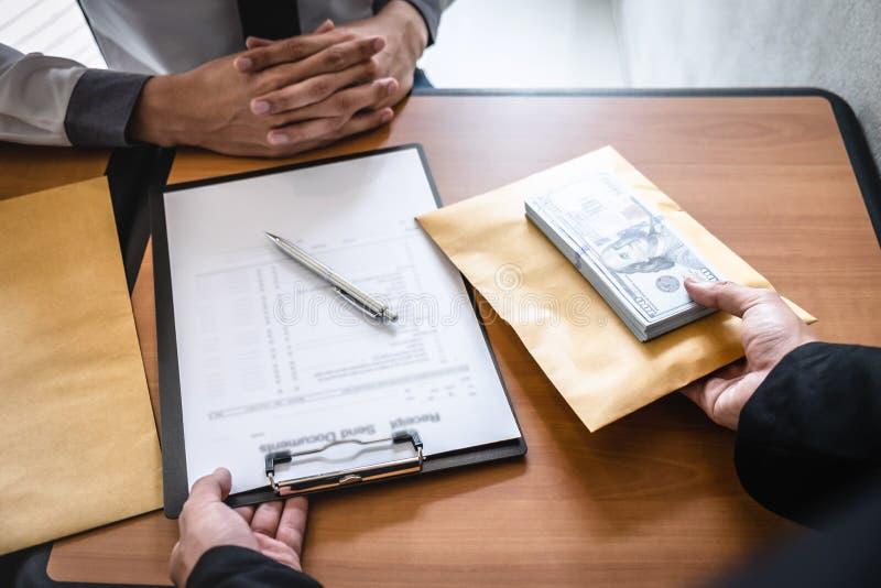 Fraude malhonnête en argent illégal d'affaires, homme d'affaires donnant l'argent de paiement illicite dans l'enveloppe aux homme image libre de droits