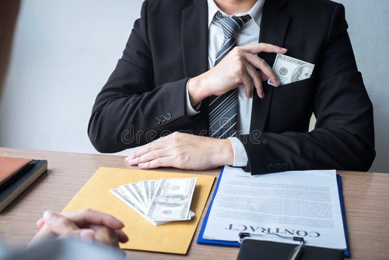 Fraude malhonnête en argent illégal, homme d'affaires donnant à argent de paiement illicite la forme de billets d'un dollar à tan photographie stock libre de droits