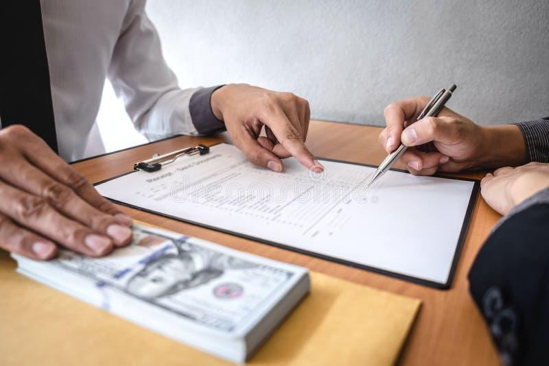 Fraude malhonn?te en argent ill?gal d'affaires, homme d'affaires donnant l'argent de paiement illicite dans l'enveloppe aux homme images stock