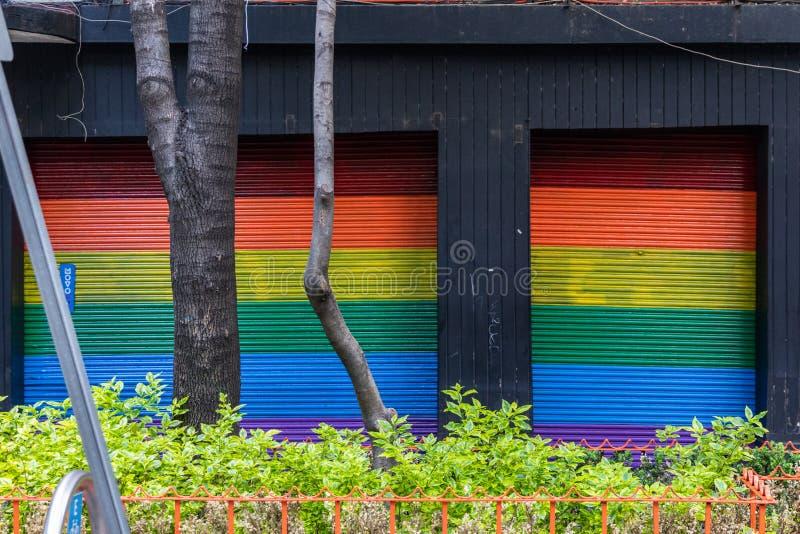 Fraudes com bandeira do Orgulho LGBTQ na Cidade do México, México imagem de stock royalty free