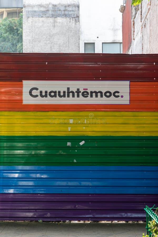 Fraudes com bandeira do Orgulho LGBTQ na Cidade do México, México fotografia de stock royalty free