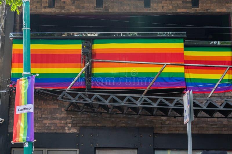 Fraudes com bandeira do Orgulho LGBTQ na Cidade do México, México fotos de stock royalty free