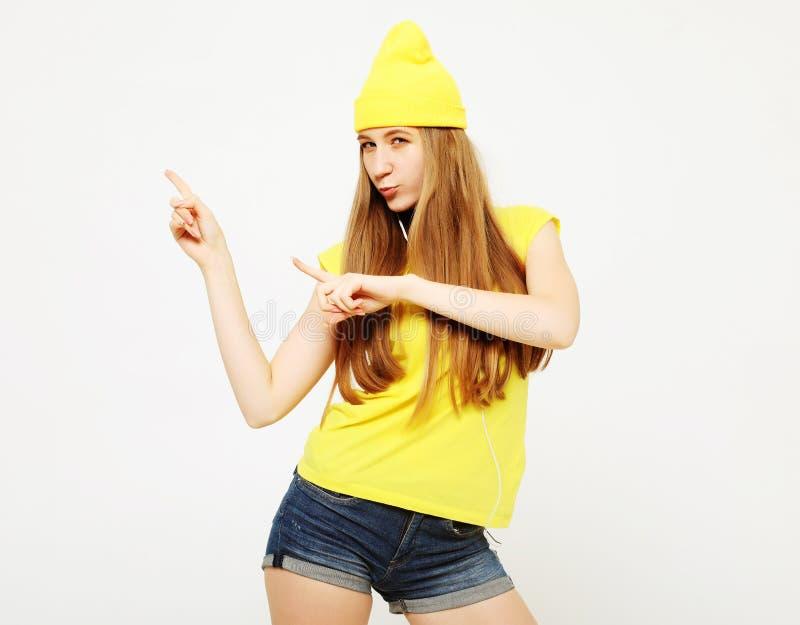 Frauenüberraschung, die Produkt zeigt Schönes Mädchen mit dem langen Haar zeigend auf die Seite Darstellen Ihres Produktes lizenzfreies stockfoto