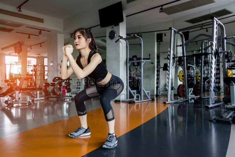 Frauenübung, die untersetztes Training an der Turnhalleneignung tut stockbilder