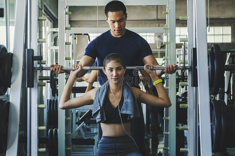Frauenübungstraining, beim Turnhalleneignungsbrechen entspannen sich, Apfelfrucht nach Ausbildungssport mit Dummkopf und Proteind lizenzfreie stockfotos