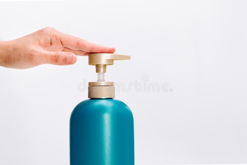 Frauen übergeben anwenden Haarshampoo-Conditionerflasche auf weißem Hintergrund Schönheit und Körperpflegekonzept stockbild