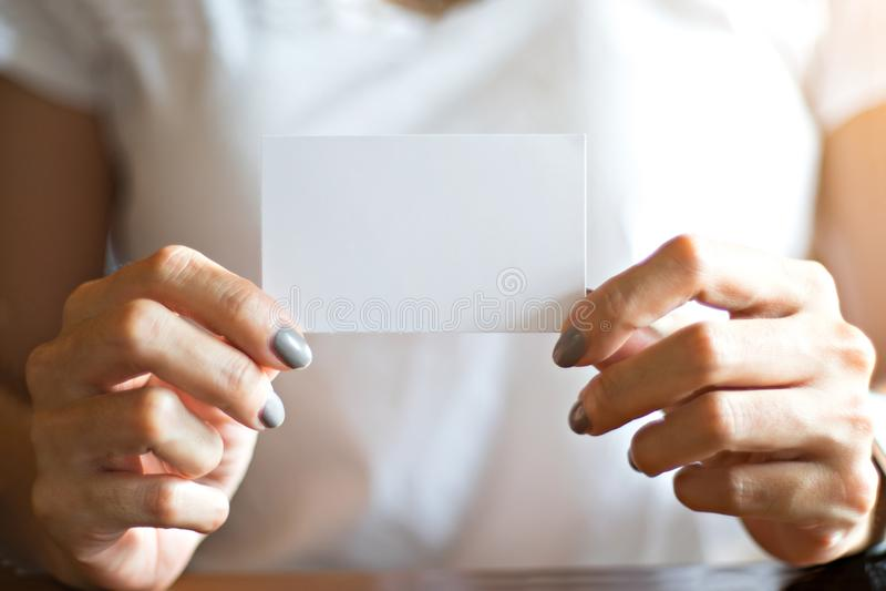 Frauen übergeben das Halten des Spotts herauf Namenkarte stockbilder