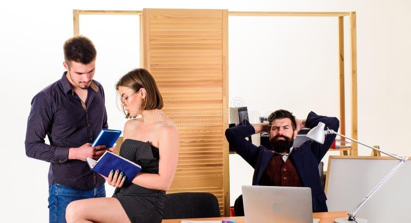 Frauen als attraktive Frau mit Kollegen Büroklimakonzept Sexuelle Anziehung Anregen von sexuellem Verlangen stockbilder