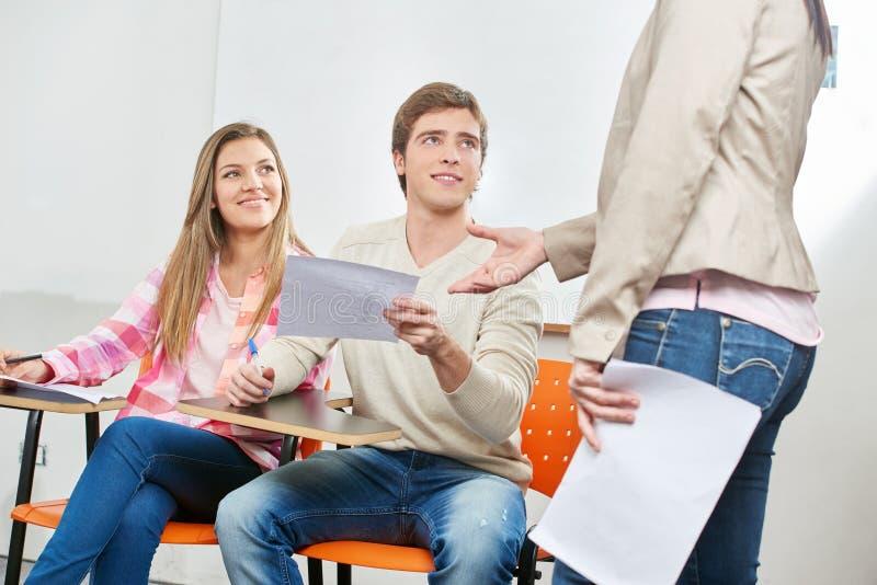Frauen als Lehrer empfängt Prüfung lizenzfreies stockbild
