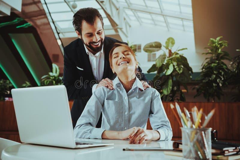 Frauen-Angestellter entspannen sich auf Stuhl im Büro stockbilder