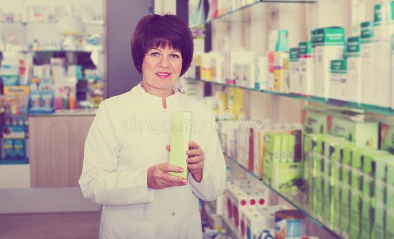 Frauen-Apotheker in der Apotheke stockbilder