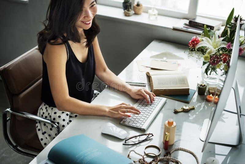 Frauen-Arbeitscomputer-lächelndes Blumen-Konzept lizenzfreies stockfoto