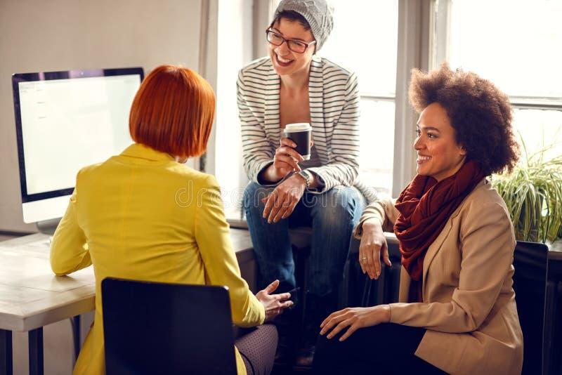 Frauen auf Bruch in der Firma stockbilder
