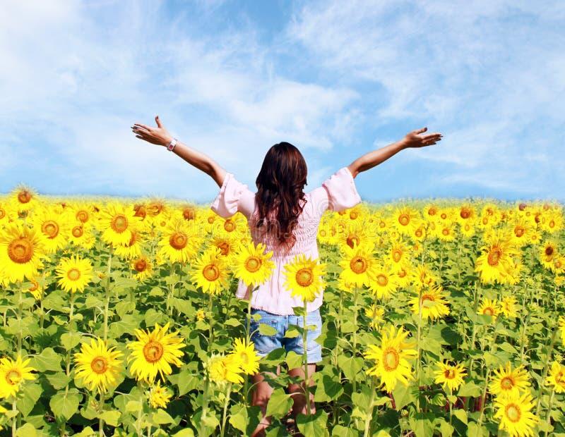 Frauen auf dem Gebiet der Sonnenblumen stockfotografie