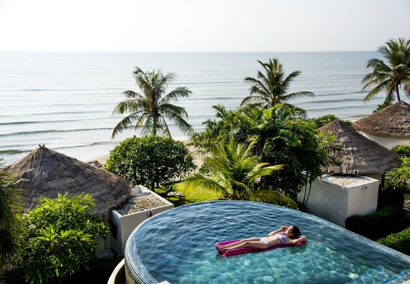 Frauen auf einem Pool aufblasbar lizenzfreie stockbilder