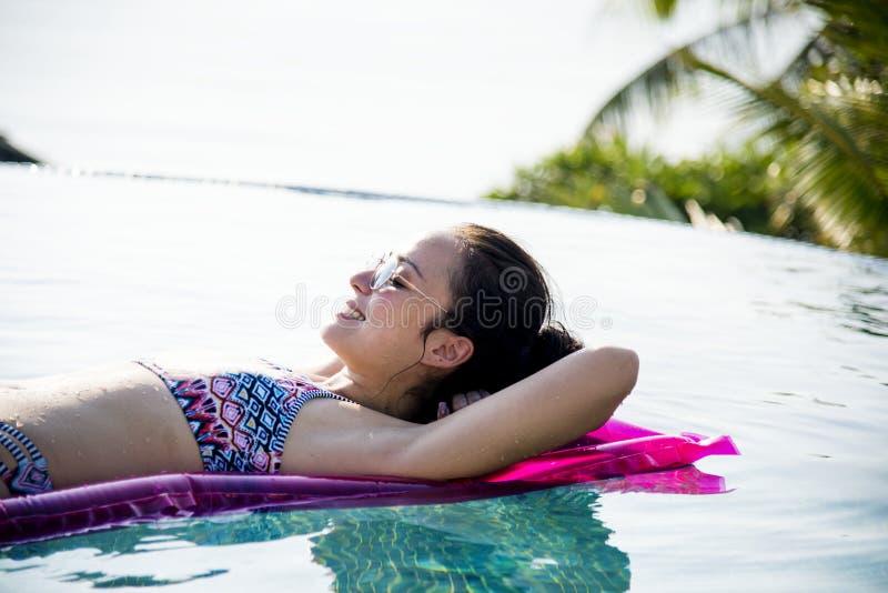 Frauen auf einem Pool aufblasbar stockfotos