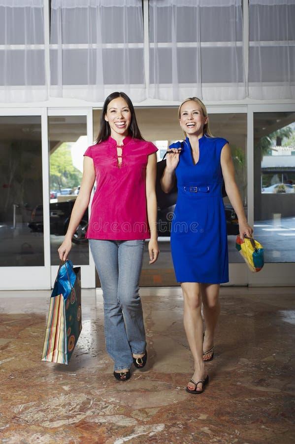 Frauen auf Einkaufstour lizenzfreie stockfotografie